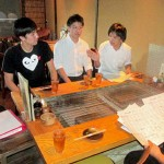 Photo= Students handing over and explaining the Chinese translation of the menu to restaurant staff in Ponto-cho (right) = Nakagyo Ward, Kyoto