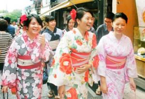 Photo= A Taiwanese tourist party in rental kimono enjoys strolling (Kiyomizuzaka slope, Higashiyama Ward, Kyoto)