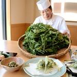"""Photo= Chef Katsumoto promotes """"Kyo-to-na"""" ohitashi and tempura, as well as """"Kyo no Hanamachi Myoga"""" hand-shaped sushi (Kyo-Suzaku Sushi-Ichiba, Shimogyo Ward, Kyoto)"""