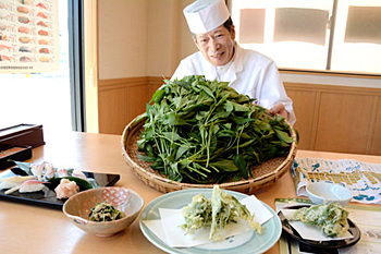 "Photo= Chef Katsumoto promotes ""Kyo-to-na"" ohitashi and tempura, as well as ""Kyo no Hanamachi Myoga"" hand-shaped sushi (Kyo-Suzaku Sushi-Ichiba, Shimogyo Ward, Kyoto)"