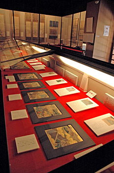 """Photo= On display at the exhibition are """"Genji Monogatari-zu Shikishi"""" from the Edo Period and other works, along with detailed explanations of the fine depictions of highlighted scenes (Ishiyama-dera Temple, Otsu City, Shiga Prefecture)"""