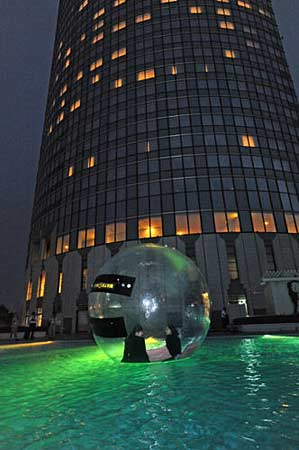 Photo= Event participants enjoying the night sky from the water ball floating on the illuminated pool (Otsu Prince Hotel, 4-chome, Nionohama, Otsu City, Shiga Prefecture)