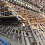 Photo= The massive roof truss supporting the huge roof can be observed at the repair site, which was shown to the press (October 3, Chion-in Temple, Higashiyama Ward, Kyoto)