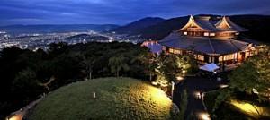 Photo= The illuminated Seiryu-den hall emerges atop Mt. Higashiyama (October 3, Zushiokukacho-cho, Yamashina Ward, Kyoto)