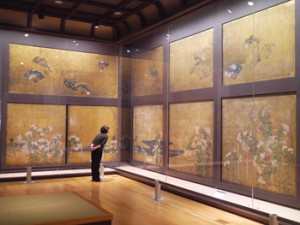 Photo= Kuroshoin's wall and sliding door paintings of chrysanthemums and fans (in Nijo Castle 400th Anniversary Gallery at Nakagyo Ward, Kyoto)
