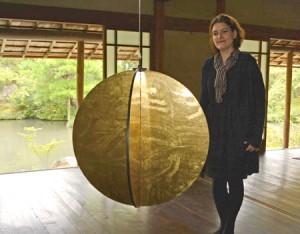 Photo= A round objet twists in the wind, changing its brightness (Hakusasonso Hashimotokansetsu Garden and Museum, Sakyo Ward, Kyoto)
