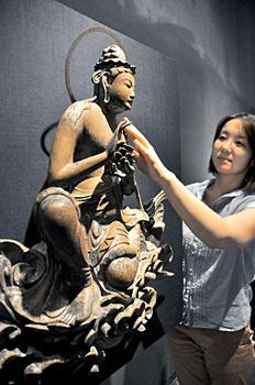 "Photo= Visitors can touch the replica of ""Unchu Kuyo Bosatsu-zo"" at the special exhibition (Byodoin Museum Hoshokan, Uji, Uji City, Kyoto Prefecture)"