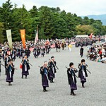 Photo= The Festival of Ages procession marches through Kyoto Gyoen National Garden with loyalists of the Meiji Restoration at the head (October 22, Kamigyo Ward, Kyoto)