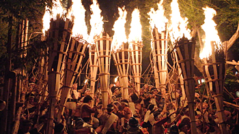 Photo= Sparks from huge, vigorously flaming torches dance in the air (October 22, Kurama-dera Temple, Sakyo Ward, Kyoto)