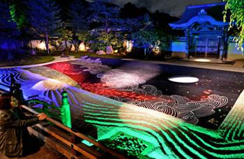 Photo= Designed in the image of autumn and elegance, the huge picture is illuminated in Hashin-tei Garden (October 23, Kodaiji Temple, Higashiyama Ward, Kyoto)