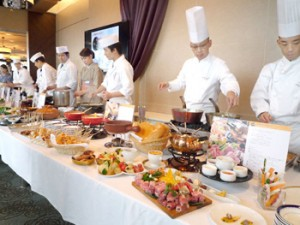 Photo= Chefs from the three hotels presenting their hot-pot dishes featuring Omi beef and other Shiga products (Otsu Prince Hotel, Otsu City, Shiga Prefecture)