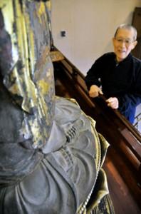 "Photo= The soles of ""Kanzeon Bosatsu Zazo's"" feet can be seen from the hem of its garment (Mimurotoji Temple, Todo, Uji City, Kyoto Prefecture)"