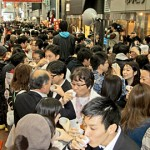 Photo= Participants who broke the Guinness Record by simultaneously making a toast with sake (Otesuji shopping district, Fushimi Ward, Kyoto)