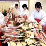 "Photo= Shrine attendants making ""Fukukasane"" by combining lucky items (December 3, Fushimi Inari Taisha Shrine, Fushimi Ward, Kyoto)"