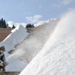 Photo= Snowmaking guns are diffusing snow on a slope to prepare for the opening (2:00 p.m., December 3, Hakodateyama Ski Resort, Takashima City, Shiga Prefecture)