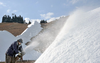 Photo= Snowmaking guns are diffusing snow on a slope to prepare for the opening (2:00 p.m., December 3, Hakodateyama Ski Resort, Takashima City, Shiga Prefecture)