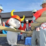 Photo= Hikonyan helps to twist huge straw ropes for New Year's decorations (Within Hikone Castle, Konki-cho, Hikone City, Shiga Prefecture)