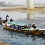 "Photo= ""Ozashiki dambo sen"" boat with a cold-proof cover for the Hozu-gawa River Boat Ride (Hozu-cho, Kameoka City, Kyoto Prefecture)"