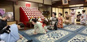 Photo= Geiko and Maiko greet Yachiyo Inoue (left foreground) (December 13, Higashiyama Ward, Kyoto)