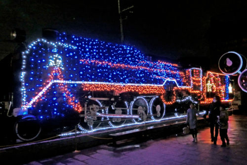 Photo= The steam locomotive decorated with LED lights in front of Saga Torokko Station. It invites a Christmassy atmosphere (Ukyo Ward, Kyoto)