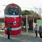 Photo= A huge ceramic raccoon dog in Santa Claus attire (Shigaraki Station front, Shigaraki Kohgen Railway, Shigaraki-cho, Koka City, Shiga Prefecture)