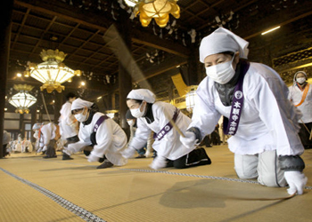 Photo= The temple congregation dusting with bamboo sticks (December 20, Nishi Hongwanji Temple, Shimogyo Ward, Kyoto)