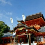 Photo= Under clear blue skies, Shinto priests set up Jumbo Goshinya in front of the main shrine (Iwashimizu Hachimangu Shrine, Yawata, Yawata City, Kyoto Prefecture)