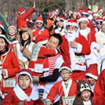 Photo= Smiling runners in Santa costumes hit the road (December 23, Kamigyo Ward, Kyoto)