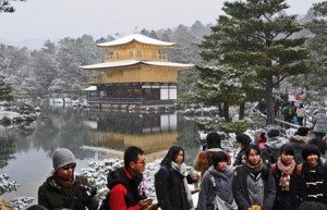 Photo= Snow fell in Kyoto and lightly dusted the Golden Pavilion (9:16 a.m., December 18, Kita Ward, Kyoto)