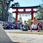 Photo= Yokozuna Kakuryu performing the dedication of the ring-entering ceremony on the sand patch in the precincts (Kamigamo Shrine, Kita Ward, Kyoto City)