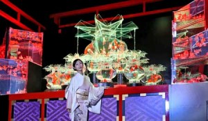 Photo= Danmitsu poses in front of arranged goldfish bowl works (6:40 p.m., October 23, Nijo-jo Castle, Nakagyo Ward, Kyoto)