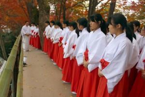 """Photo= Students receive """"Miko"""" training at Kitano Tenman-gu Shrine"""