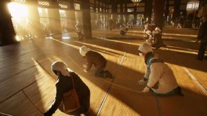 Photo= People beating tatami mats and cleaning up dust in the hall permeated with early-morning sunlight (December 20, Nishi Hongwanji Temple, Shimogyo Ward, Kyoto)
