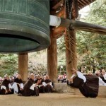 Photo= A monk bending over backwards to ring the gigantic bell (December 27, Chion-in Temple, Higashiyama Ward, Kyoto)
