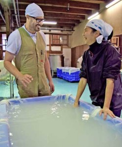 Photo= Andre Bishop (left), who has come to Japan from Australia to learn sake brewing, and Otsuka, the master brewer = Shoutoku Brewery, Fushimi Ward, Kyoto