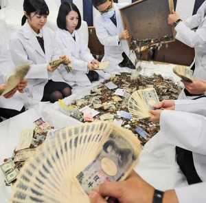 Photo= Bank staff counting the money offered during the first three days of the New Year (January 4, Fushimi Inari Taisha Shrine, Fushimi Ward, Kyoto)