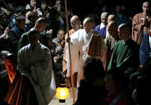 Photo = Supported by monks, Kamahori Ajari exits the Myo-o-do Hall with steady steps (October 21, Myo-o-do Hall, Mudojidani, Mount Hiei, Sakamotohonmachi, Otsu City, Shiga Prefecture)