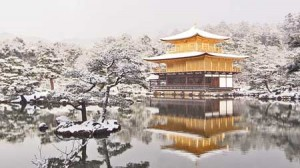 Photo= The Golden Pavilion enveloped with white snow for the first time this year (Kita Ward, Kyoto)
