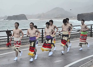 Photo= Men wearing ornamental sumo aprons running in the bitterly cold weather (Tango-cho, Kyotango City, Kyoto Prefecture)