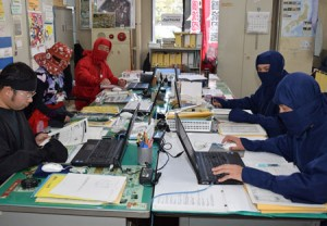 Photo= The tourism planning and promotion office staff working in ninja costumes. The atmosphere is full of secrecy (Koka City Hall, Minakuchi-cho, Koka City, Shiga Prefecture)