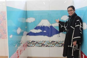 Photo= President Wakabayashi presents a bathtub wall representing Mt. Fuji (Noritz Kyoto showroom, Fushimi Ward, Kyoto)