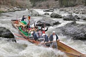 Photo= Hozu-gawa River Boat splashing downstream through the rapids (Kameoka City, Kyoto Prefecture)