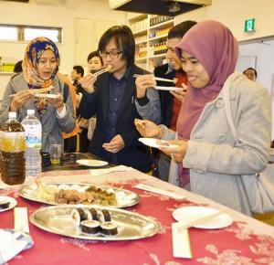 Photo= People attending the inaugural meeting enjoy halal-compliant Japanese cuisine (March 12, Kyoto Cooking School, Sanjo-dori Yanaginobamba, Higashi-iru, Nakagyo Ward, Kyoto)