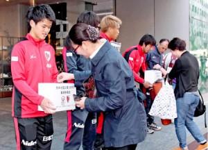 Photo= Street fundraising by Kyoto Sanga F.C. players (Shimogyo Ward, Kyoto)