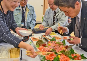 Photo= Attendees sample Ine Salmon sashimi (municipal health center, Hide, Ine-cho)