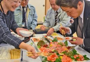 Photo= Attendees sample Ine Salmon sashimi (municipal health center, Hide, Ine-cho)