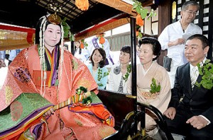 "Photo= Waka Nishimura boards the wheeled palanquin under the benevolent watch of her family members, who have also served as ""Saio-dai"" (May 15, Kyoto Imperial Palace)"