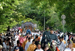 Photo= The Aoi Festival Procession proceeding under the new green leaves on Kamo-kaido Street (May 15, Kita Ward, Kyoto)