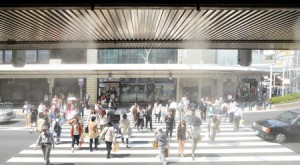 Photo= Kyoto City recorded this season's highest temperature of 33.1 degrees Celsius. A department store has begun mist spraying so shoppers can cool off (May 23, in front of Takashimaya Kyoto Store, Shimogyo Ward, Kyoto)
