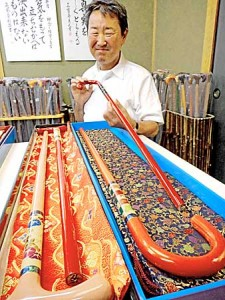 Photo= Trial products incorporating Nishijin-ori brocade and gold lacquerware promoted for its overseas expansion (Tsueya head office)